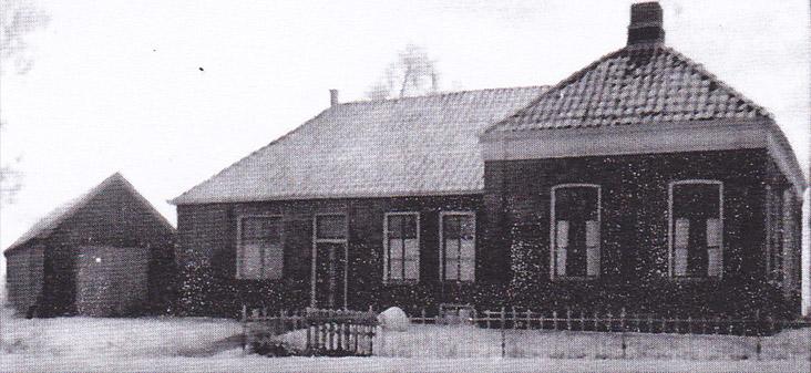 huis zijaanzicht met links van het midden de winkel