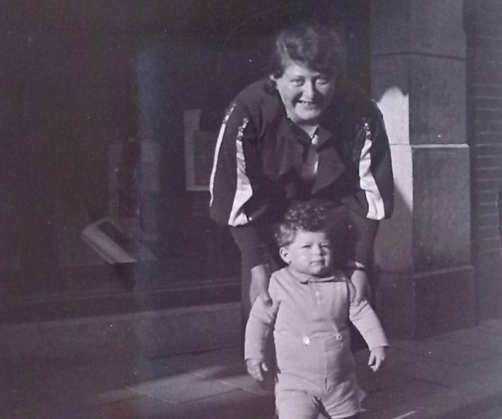 Johanna Oudgenoeg-Frenkel met haar zoontje Max