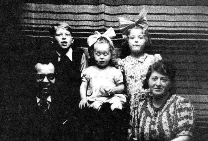 De kinderen Max, Frouktje en Henderika met op de voorgrond Arent en Johanna Oudgenoeg.